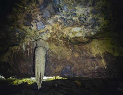 A large stalactite hanging from the ceiling towards the start of the tour.